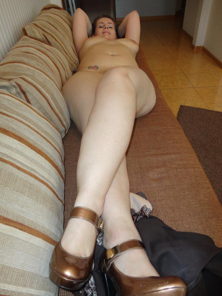 nacktes molliges Mädchen